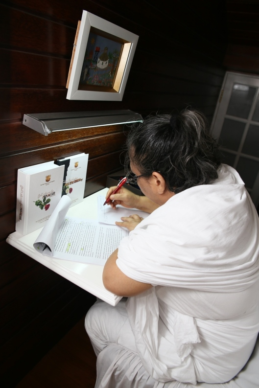 Paduka Bunda Lia Eden sedang konsentrasi menuliskan Risalah-risalah dan Wahyu-wahyu Tuhan di kamar atas. Her Majesty (Mother) Lia Eden is writing God's Revelation in her room.