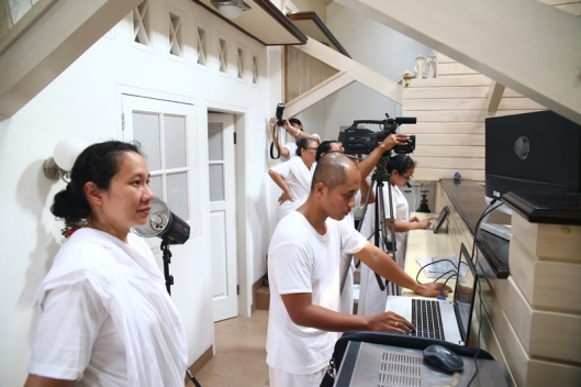 Para kru saat shooting salah satu lagu Eden. The shooting crew in one of the shooting section of Eden's song.