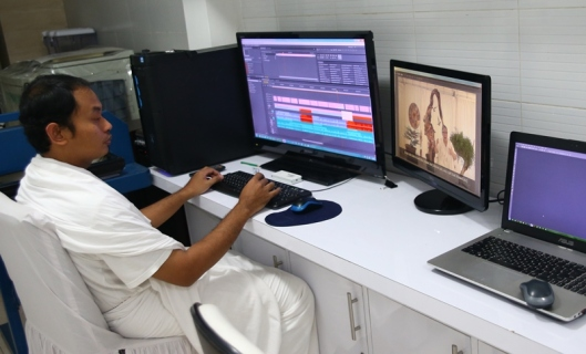YM Arif saat mengerjakan video editing salah satu video Eden. YM Arif is working on the video editing of one of the Eden's video.