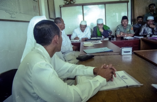 Rapat di kantor Kecamatan Megamendung pada tanggal 14 Mei 2001.
