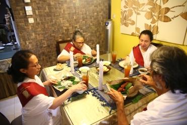 Selamatan setelah acara memanjatkan sumpah, dengan nasi campur Makassar.
