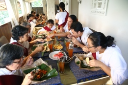 Merayakan suatu tahapan pensucian yang penting, dengan nasi campur Makassar.
