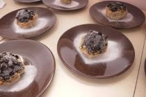 Es krim dibungkus coklat, ditaburi gula berbentuk hati...