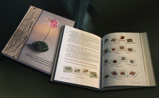 Untuk murid-muridku di Lapas, aku meninggalkan buku untuk mereka, judulnya: Filosofi Bunga dari Penjara. Gambar dari halaman yang terbuka adalah karya murid-muridku yang di sana.