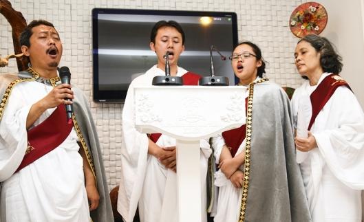 Berempat menyanyikan kidung Surga Eden; YM Yusuf Amin, Iqbal, Venus, YM Dunuk.