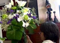 Merangkai bunga untuk acara ulang tahun