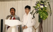 YM Yusuf Amin dan Nicodemus Lukas menyanyikan lagu ulang tahun untuk Bunda Lia Eden